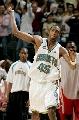 图文:[NBA]火箭负黄蜂 巴特勒场边庆祝