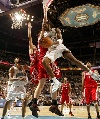图文:[NBA]火箭负黄蜂 梅森突破分球