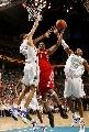 图文:[NBA]火箭负黄蜂 麦迪杀入篮下