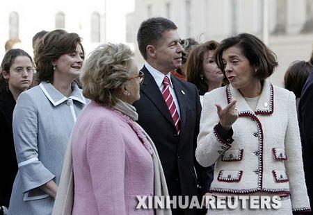 德国总理默克尔的丈夫约阿希姆·绍尔陪同欧盟各国领导人的夫人在柏林参观。