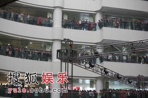 商场里聚集了数千影迷