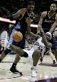 图文:[NBA]掘金胜骑士 小皇帝带球失误