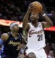 图文:[NBA]掘金胜骑士 斯诺带球上篮