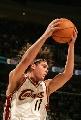 图文:[NBA]掘金胜骑士 瓦莱荞摘下篮板