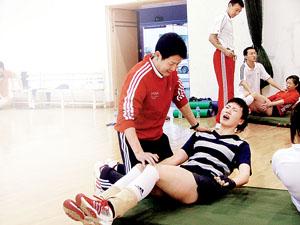 陈忠和在帮助周苏红训练