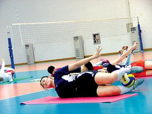 女排队员在做垫上运动