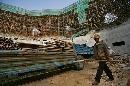 图文:奥林匹克公园网球场 繁忙的工人