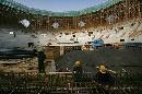 图文:奥林匹克公园网球场 辛勤劳作的工人