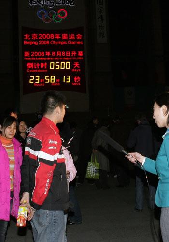 图文:奥运倒计时500天 倒计时牌前采访市民