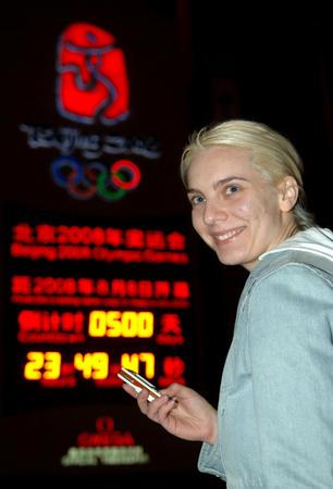 图文:2008奥运倒计时500天 外国游客拍照留影