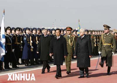 胡锦涛在机场欢迎仪式上检阅俄罗斯武装力量仪仗队。