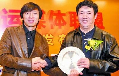 本报签约代表(右)与搜狐董事局主席兼首席执行官张朝阳合影