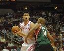 图文:[NBA]火箭VS雄鹿 姚明内线强攻