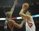 图文:[NBA]火箭VS雄鹿 姚明持球进攻