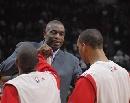 图文:[NBA]火箭VS雄鹿 赛前穆大叔给队友鼓劲