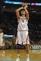 图文:[NBA]火箭VS雄鹿 姚明罚球出手