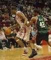图文:[NBA]火箭VS雄鹿 麦迪持球进攻