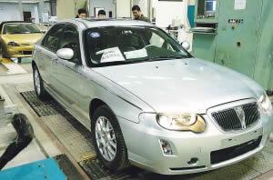 南汽名爵总装厂技术人员对新生产的样车进行性能检测。新华社记者 孙 参摄