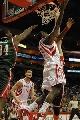 图文:[NBA]火箭VS雄鹿 斯耐德底线上篮