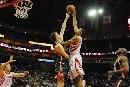 图文:[NBA]火箭VS雄鹿 霍华德内线勾手