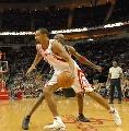 图文:[NBA]火箭VS雄鹿 霍华德带球进攻