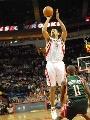 图文:[NBA]火箭VS雄鹿 霍华德跳投出手
