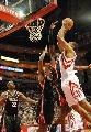 图文:[NBA]火箭VS雄鹿 霍华德飞身进攻