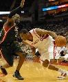 图文:[NBA]火箭VS雄鹿 麦迪带球突破