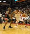 图文:[NBA]火箭VS雄鹿 麦迪带球进攻