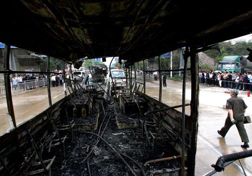 透过380大巴不堪目睹的烧毁内景可以看到339大巴也是一片焦黑的铁框架。