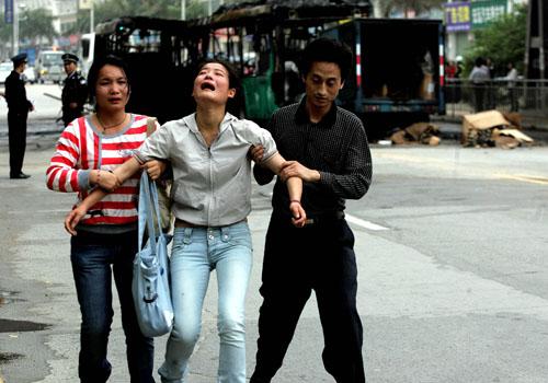 14:50分,一名哭泣的女子在几名亲友的陪伴下匆匆赶到现场找人。