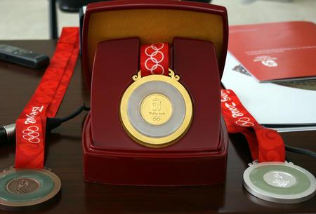 图文:2008年奥运会奖牌公布 金银铜牌的背面