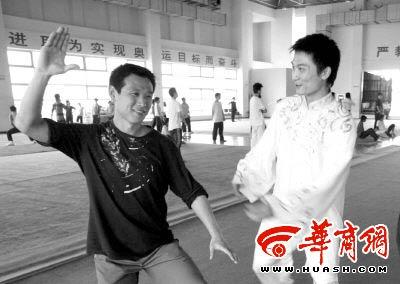 我省运动员吴雅楠(右)纠正体验者在太极拳中的错误动作