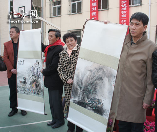 天津文艺家爱心捐赠活动游艺务工人员外来教子女小学生关爱图片