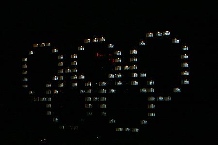 496间宿舍用灯光组合出奥运五环标识