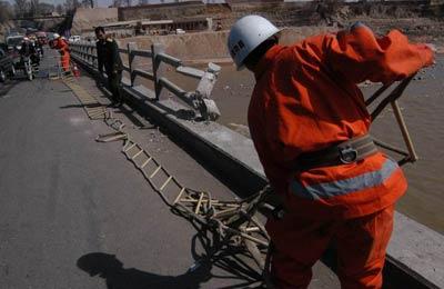 大桥护栏被撞断