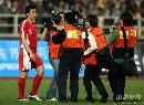 图文:[热身赛]中国3-1乌兹别克 媒体追逐大头