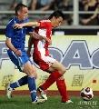 图文:[热身赛]中国3-1乌兹别克 李玮峰贴身防守