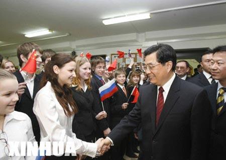 国家主席胡锦涛3月27日参观了莫斯科1948中学
