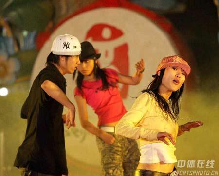 演员进行街舞表演