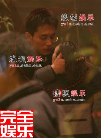 刘烨与女友深情凝望