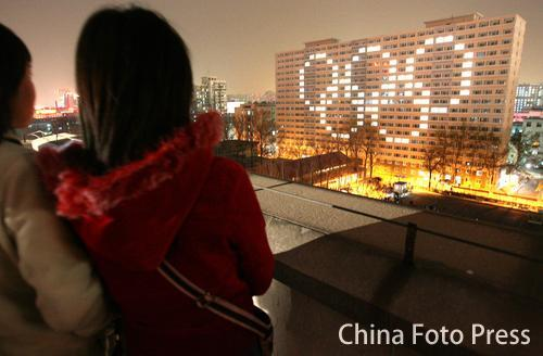 图文:北京化工大学宿舍灯光表演 奥运五环