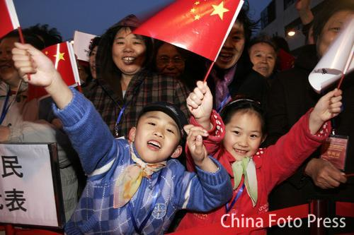 图文:天津祝福北京奥运 市民庆祝倒计时500天