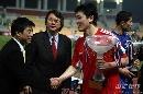 图文:[热身赛]中国3-1乌兹别克 孙继海领取奖杯