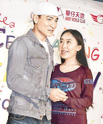 杨丽娟(右)于本月二十五日与华仔单独合照,讵料她仍未感满足。