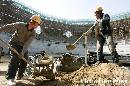 图文:奥林匹克森林公园网球场 工人施工中