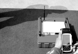 雷达生命探测仪整套探测仪由探测器和掌上电脑组成,探测器可以释放出网状的微波,在四五米的范围内搜寻地下或坍塌废墟中的被困人员,一旦微波感应到被困人员的心跳、热量或微弱的振动,就可以通过掌上电脑显示器反馈出被困人员的位置。