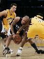 图文:[NBA]湖人负灰熊  琼斯死死抱球不放