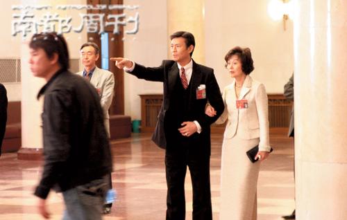 香港回归十周年大戏《荣归》的最后一场杀青戏现场,郑少秋和归亚蕾扮演人大代表