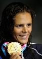 图文:女子200米自由泳决赛 马纳多展示金牌